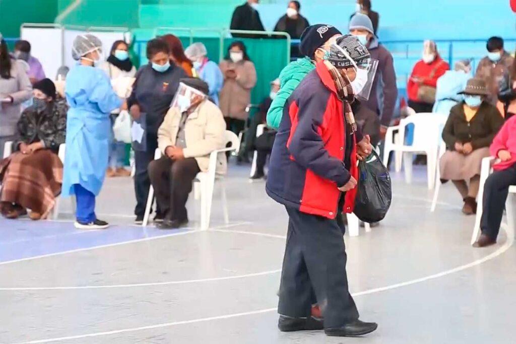Con 100 años, don Juan Moisés fue vacunado contra el COVID-19 en Huancayo (VIDEO)