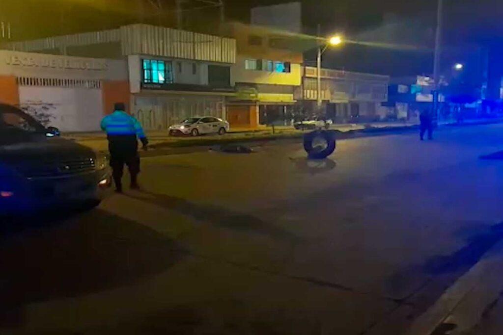 Transeúnte pierde la vida al ser embestido por un auto (VIDEO)