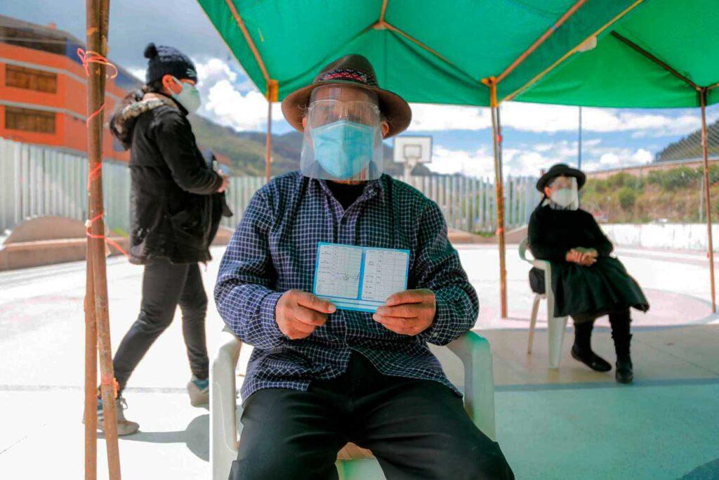 Inicia la vacunación de 26,342 adultos mayores de Huancavelica