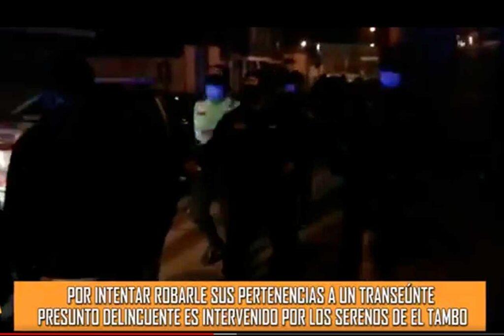 Por intentar robar a un transeúnte presunto delincuente es intervenido por los serenos (VIDEO)