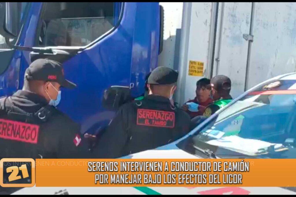 Serenos intervienen a conductor de camión por manejar en estado de ebriedad (VIDEO)