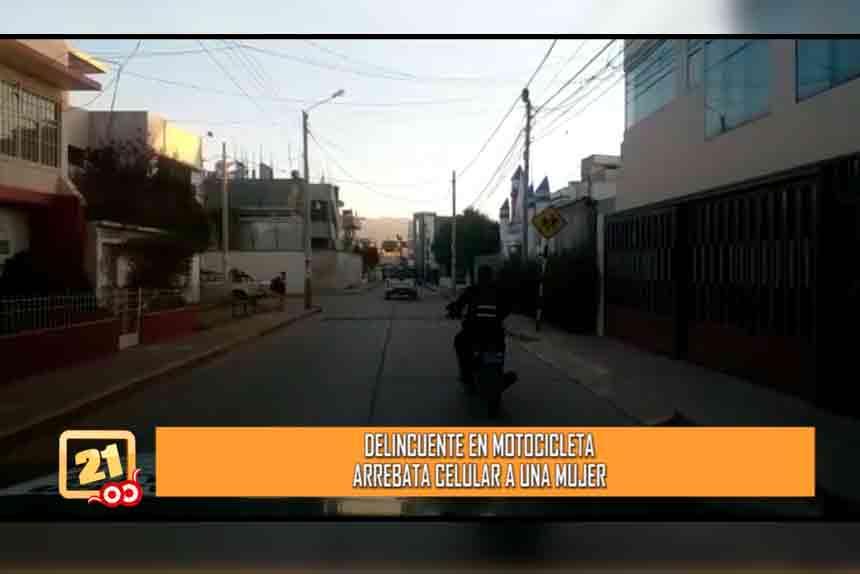 Delincuente en motocicleta arrebata celular a una mujer (VIDEO)